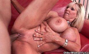 Mulher pelada velha peituda fazendo sexo